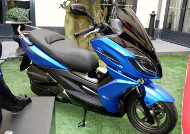 The scooter GT Sport Kymco K-XCT 125 presented to Paris